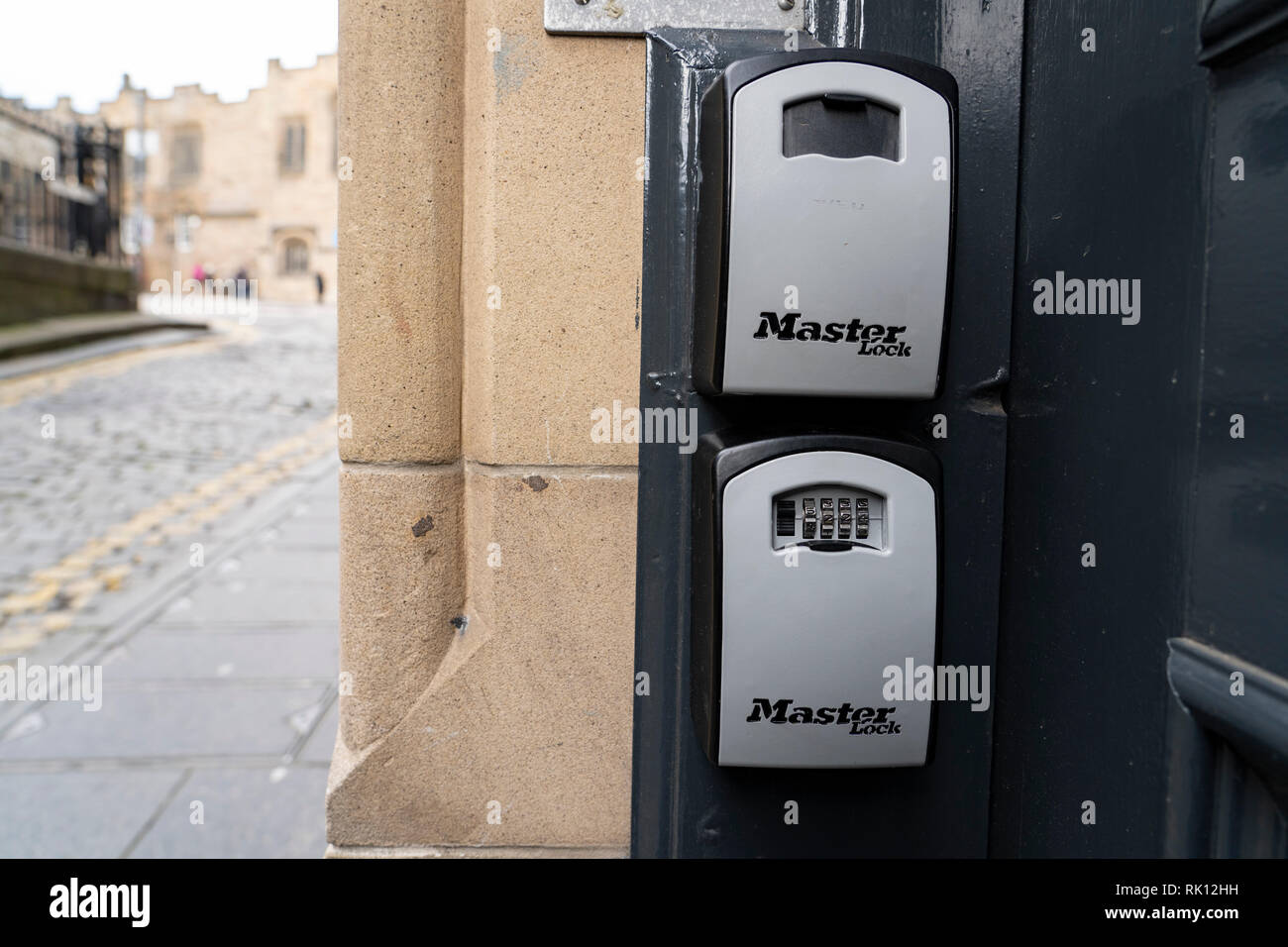 Kästchen für AirbnB Gäste Zugang Tür Schlüssel außerhalb Apartment Gebäude in der Altstadt von Edinburgh, Schottland, Großbritannien Stockbild