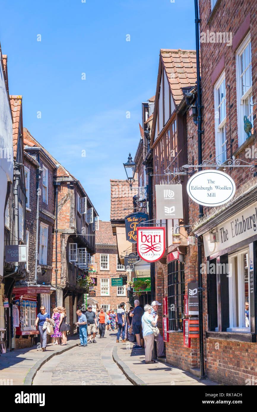 Touristen zu Fuß die Shambles der engen Straße Fachwerk alten mittelalterlichen Gebäuden York Yorkshire England UK, GB Europa Stockbild