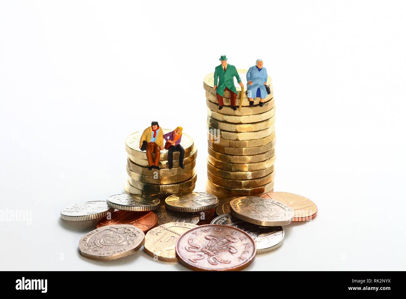 Konzeptionelle diorama Bild einer miniaturausgabe Abbildung Rentnerehepaar und junges Paar saß auf einem Stapel von Pfund Münzen Stockfoto