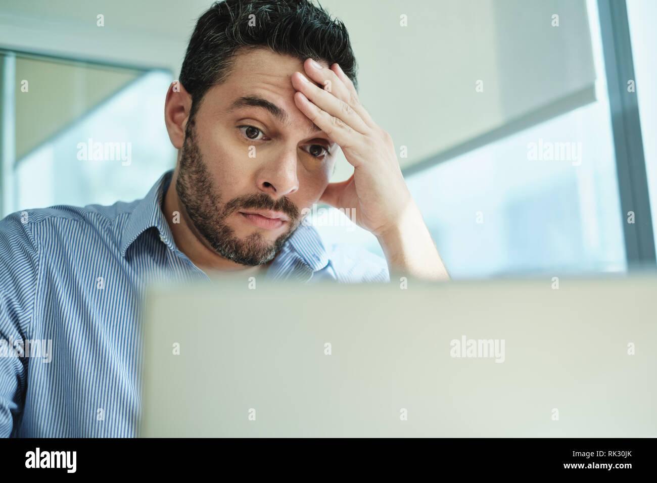 Besorgt Geschäftsmann erhielt, Viren und Datenverlust auf Laptop Stockfoto