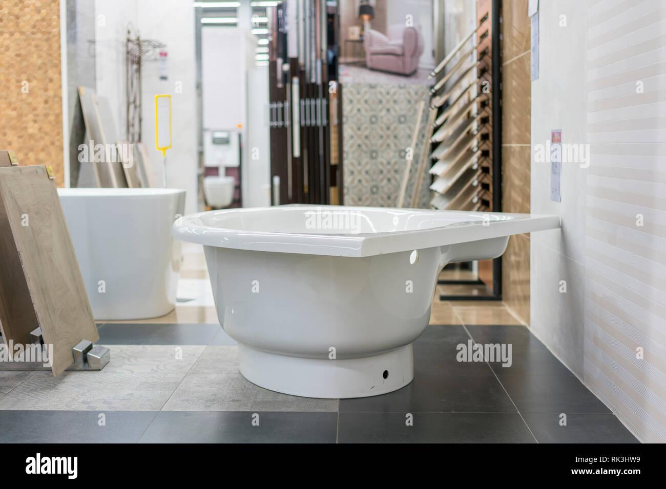 Badewanne im Gebäude lagern. Bäder im Sanitär Shop. shop ...