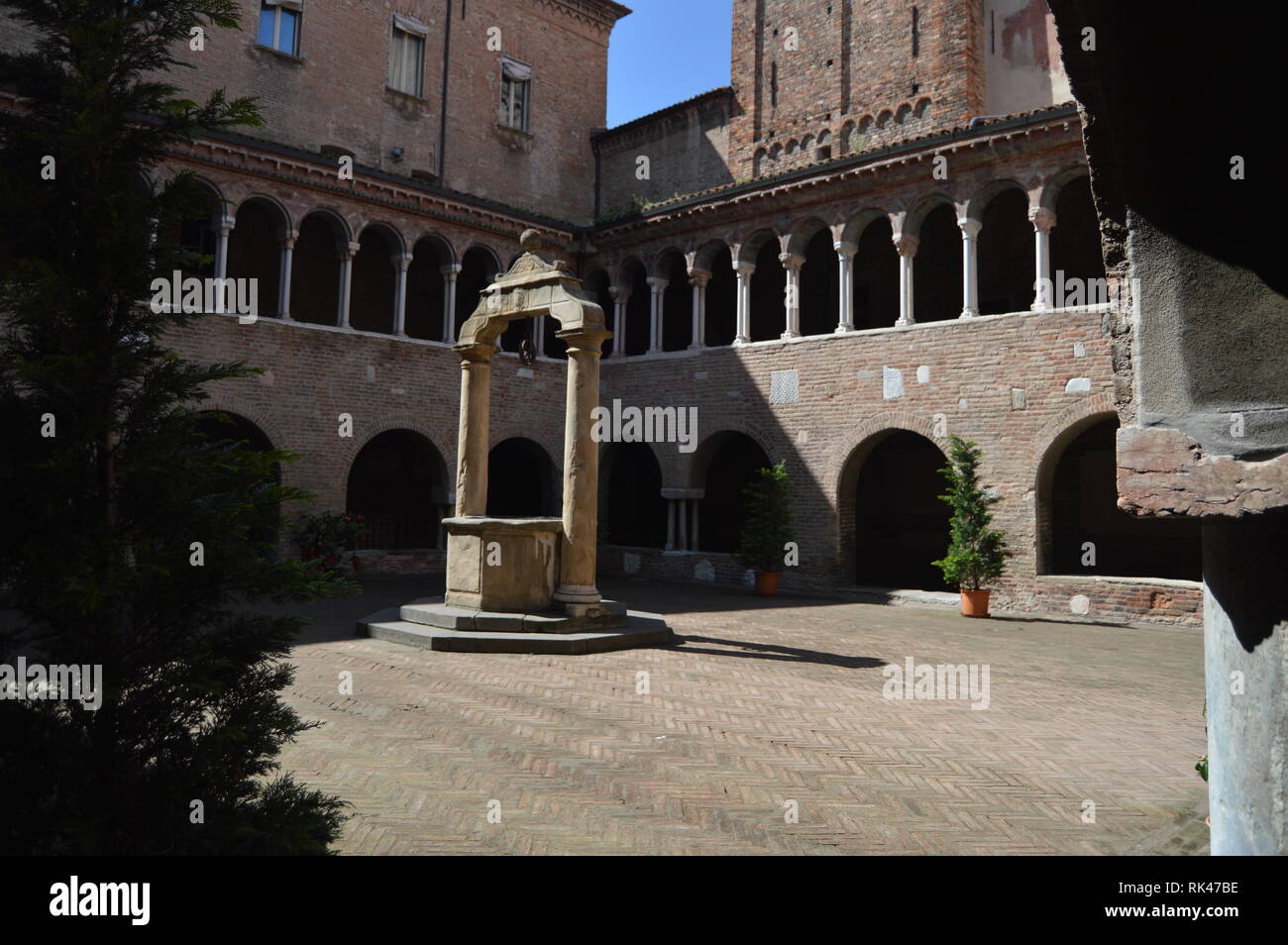 Gut Wasser in einen Innenhof der Basilika de Santo Stefano auf der Via Di Stefano in Bologna. Reisen, Urlaub, Architektur. 31. März 2015. Stockbild