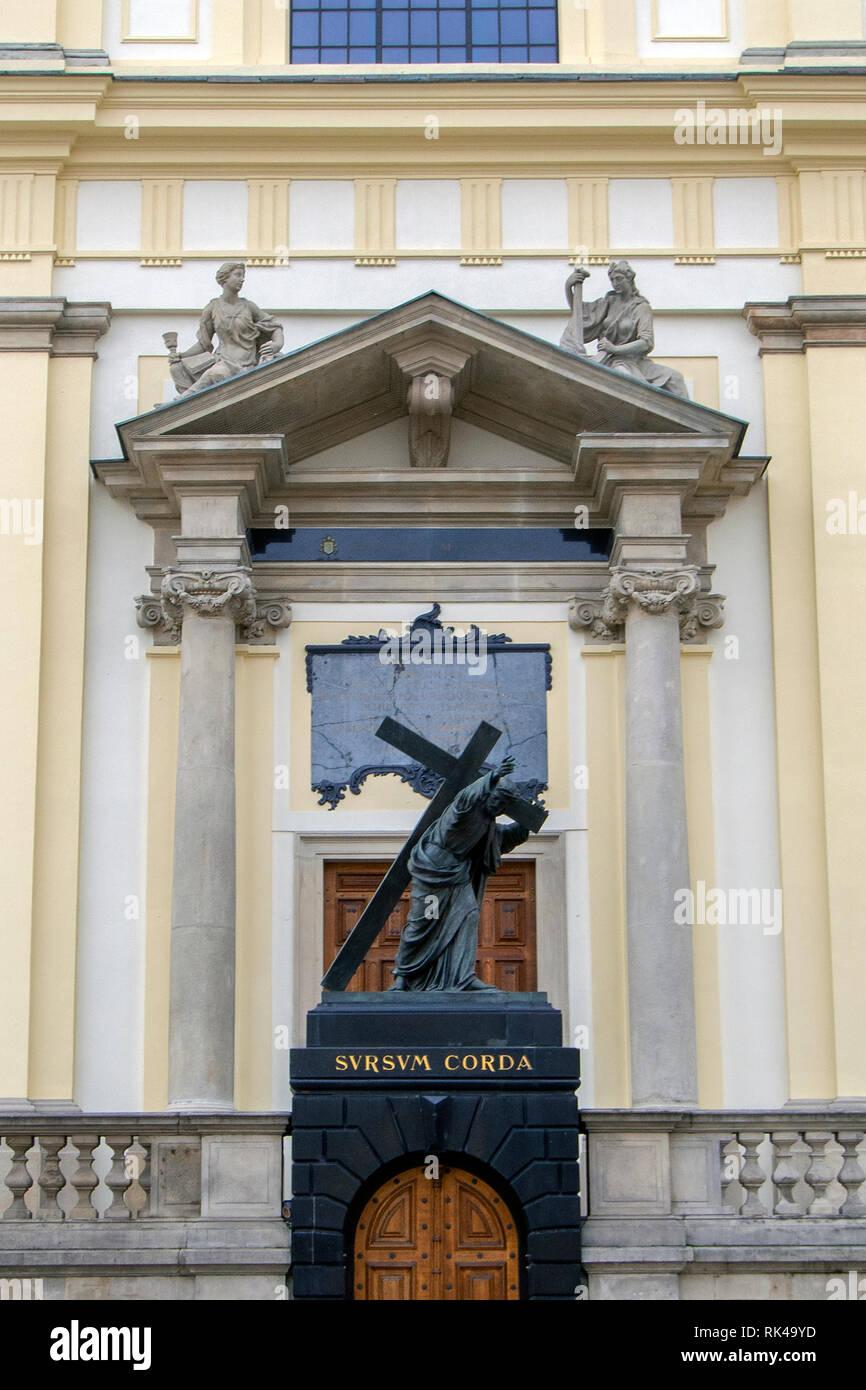 Warschau, Polen - 6. FEBRUAR 2019: Statue von Christus mit seinem Kreuz außerhalb der Heilig Kreuz Kirche. Stockbild