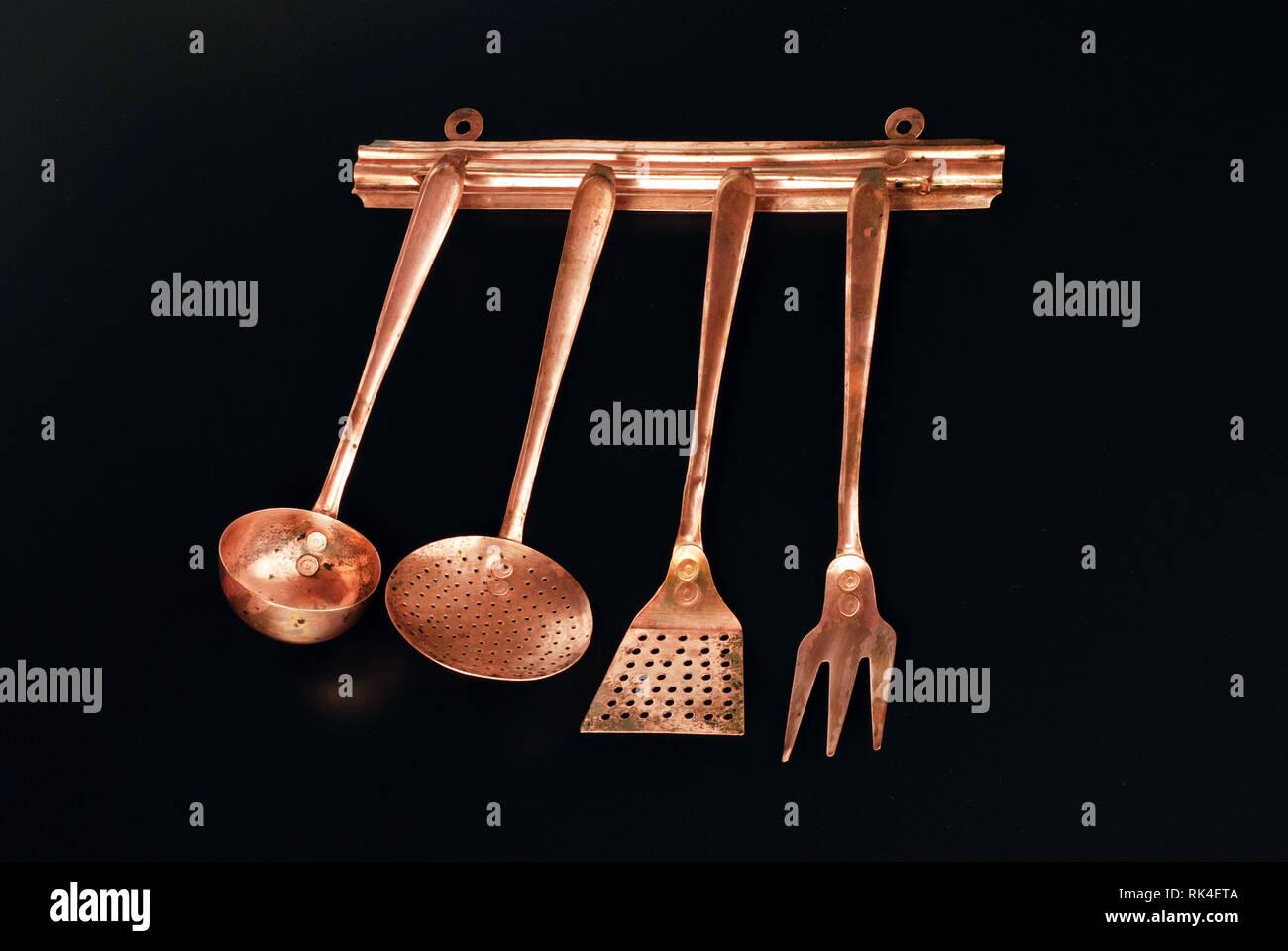 Kupfer Kuche Besteck Auf Schwarzem Hintergrund Stockfotografie Alamy