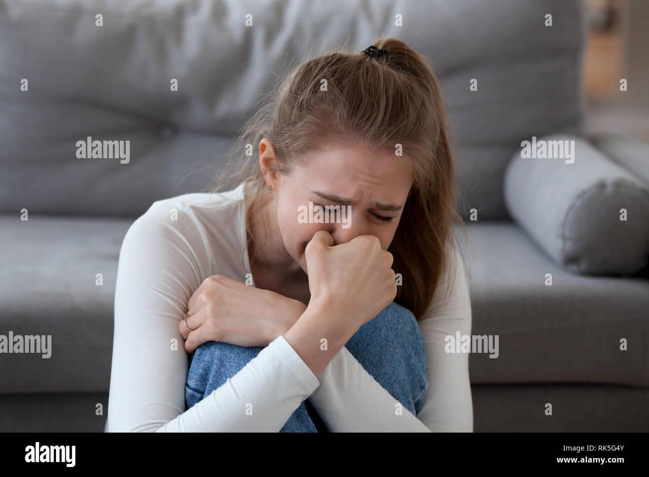 Verzweifelt umgekippt jugendlich Mädchen Opfer allein zu Hause weinen Stockbild
