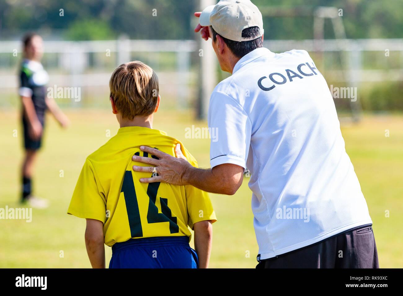 Ruckansicht Des Mannlichen Fussball Trainer In Weiss Trainer T