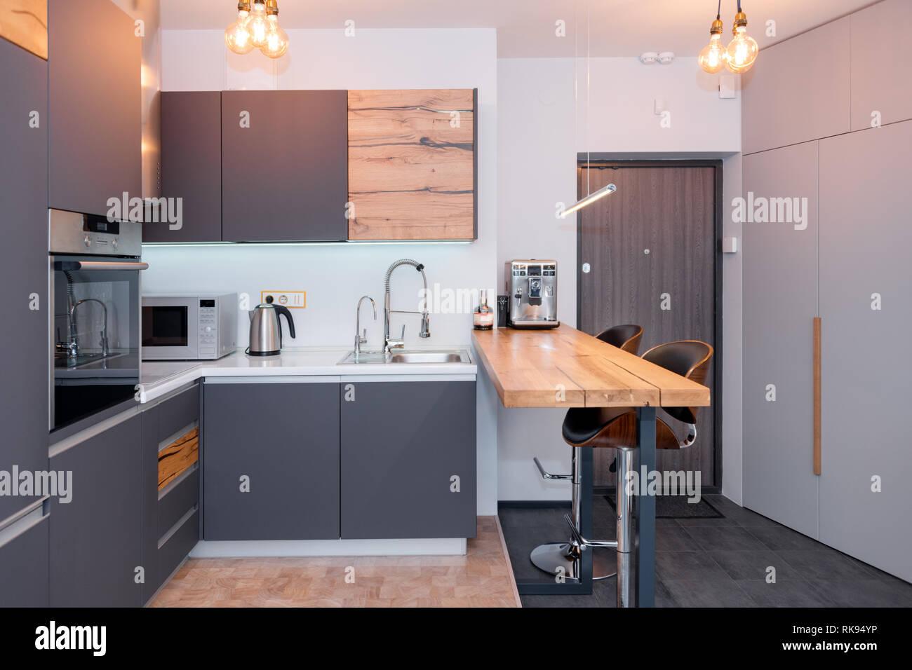 Moderne Küche Interieur mit leuchten auf. Braune Holztisch ...