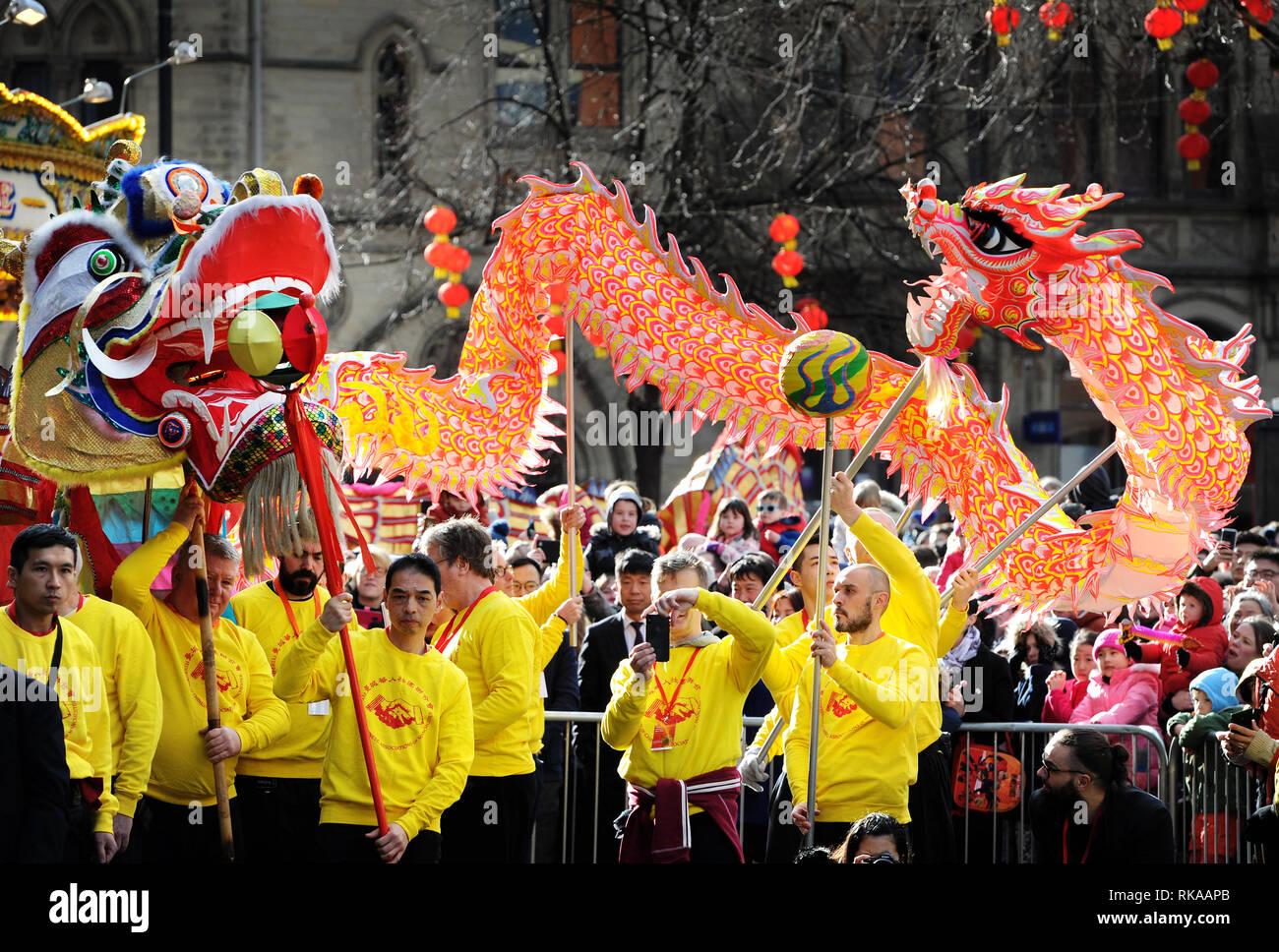 Manchester, Großbritannien. 10. Feb 2019. Die jährlichen Dragon Parade durch die Straßen von Manchester, UK, zum Chinesischen Neuen Jahr des Schweins zu feiern. Die Drachen von Albert Square. Bild von Paul Heyes, Sonntag, 10. Februar 2019. Credit: Paul Heyes/Alamy leben Nachrichten Stockbild