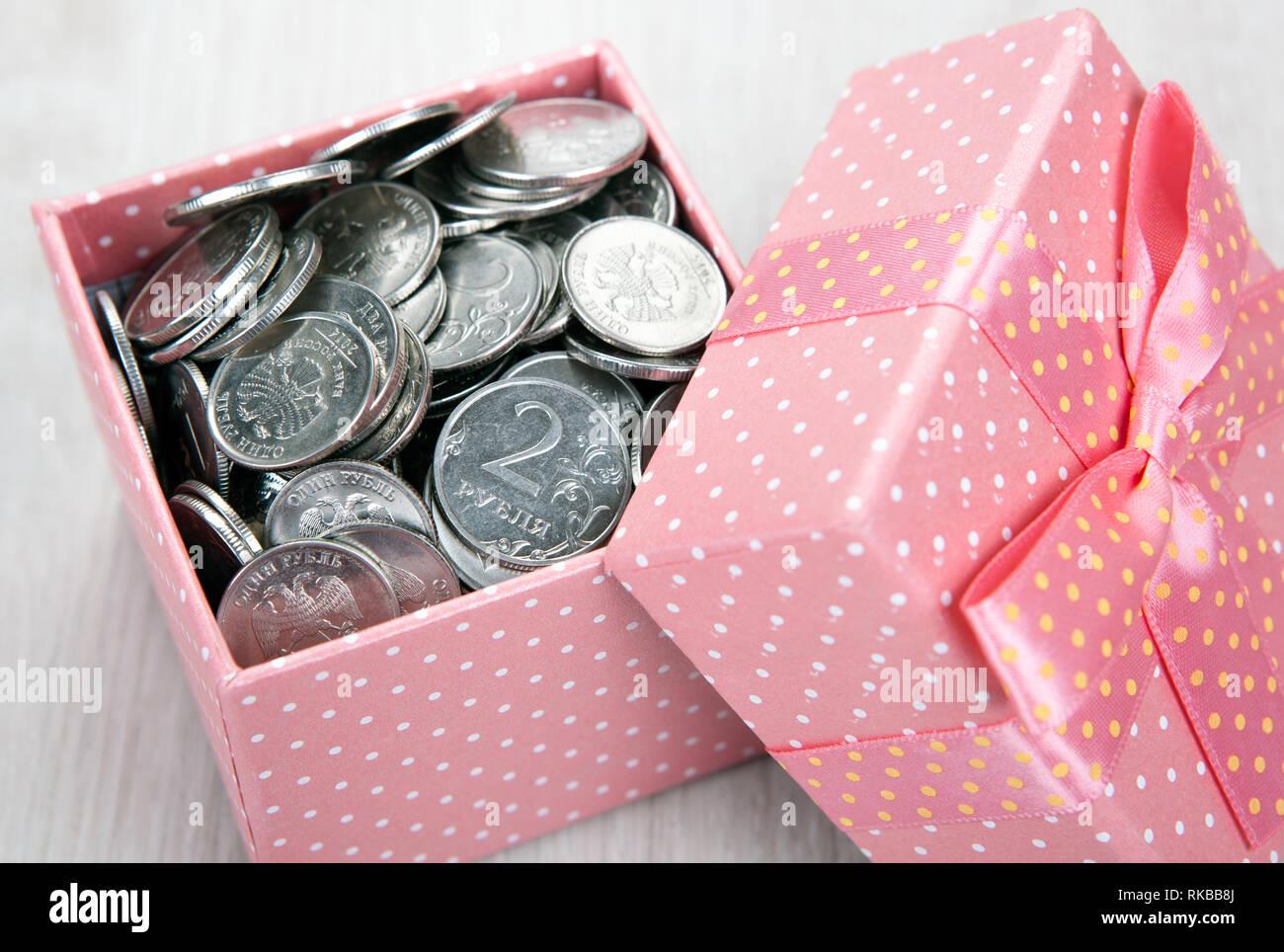 Öffnen rosa Geschenkkarton mit russischer Rubel Münzen Nahaufnahme Stockfoto