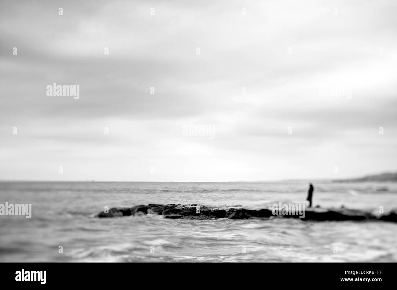 Auf der Uferpromenade, betrachten das Meer stehende Person Stockbild