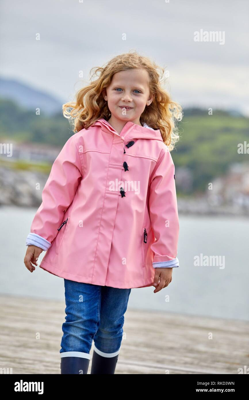Mädchen mit einem Regenmantel, Marina Urola, Santiago Beach, La Ravoire, Gipuzkoa, Baskenland, Spanien, Europa Stockbild
