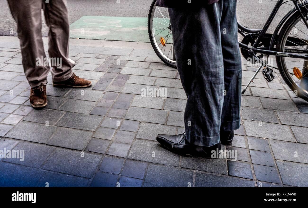 Männer auf der Straße warten. Stockbild