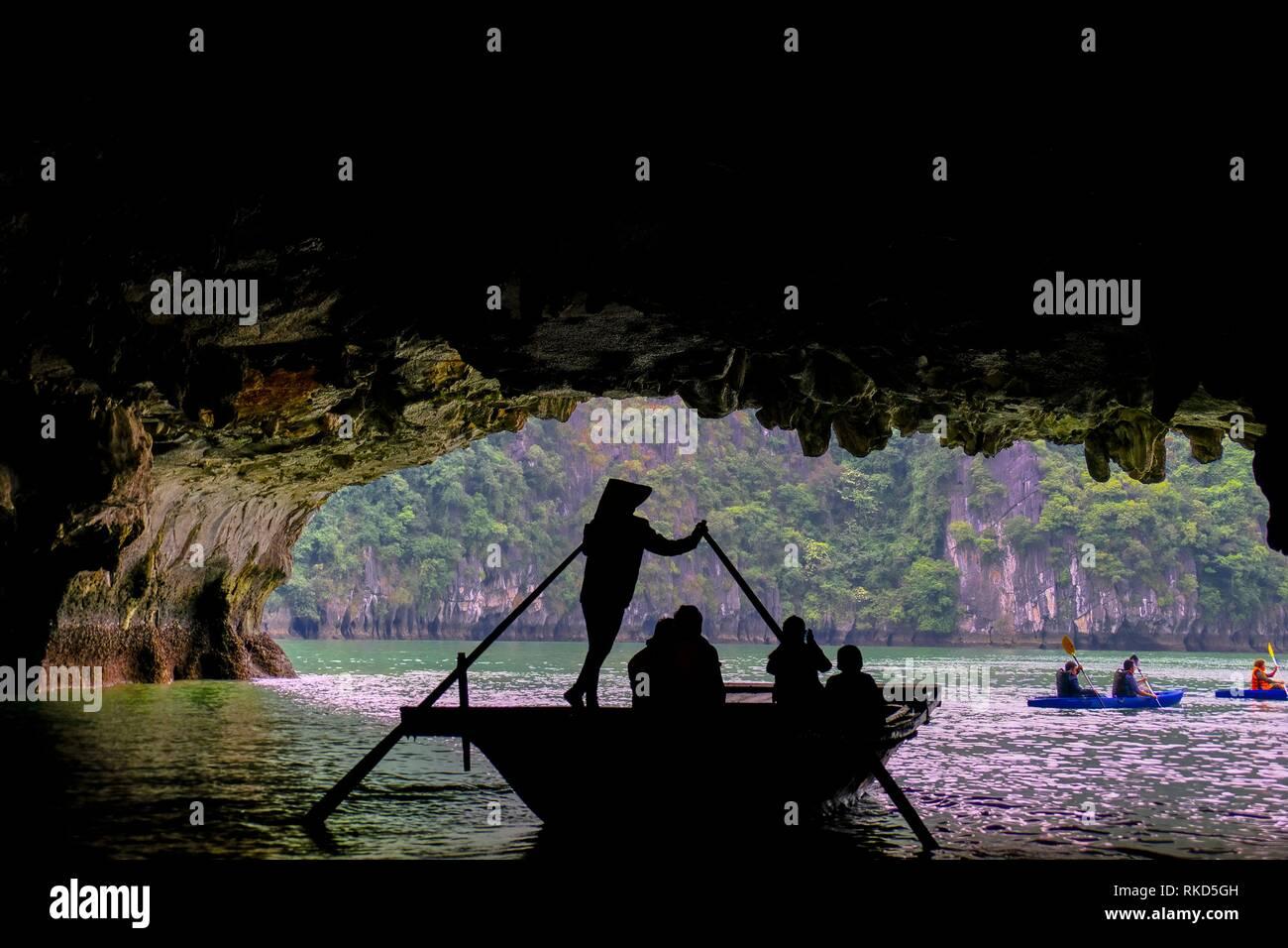 Vietnam, Ha Long Bay: Ha Long Bay ist ein UNESCO-Weltkulturerbe und beliebtes Reiseziel in der Provinz Quang Ninh, Vietnam. Administrativ, Stockbild