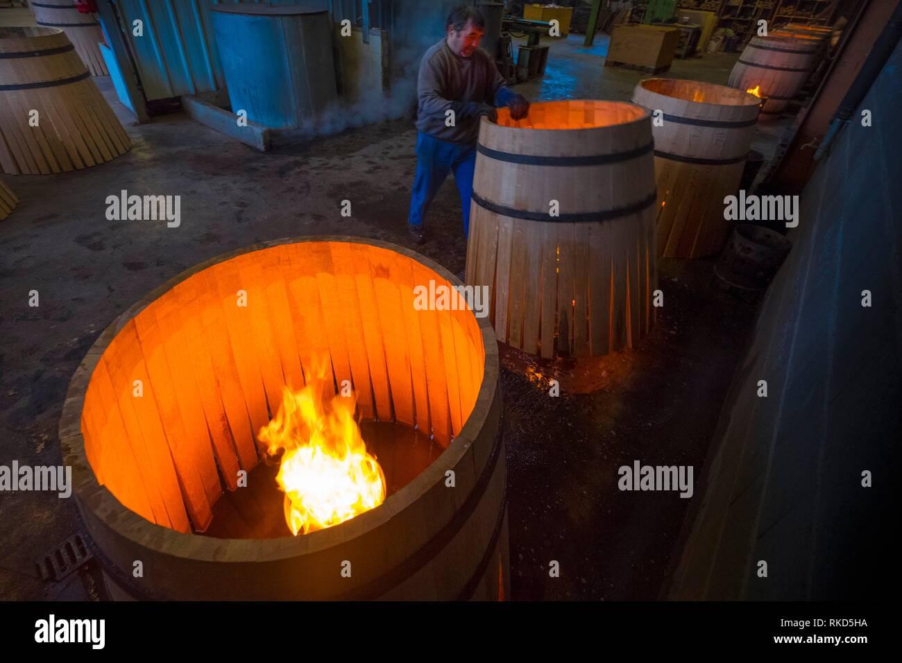 Frankreich, Royal, Gers, an der ''Tonnellerie de L'Adour'' in Plaisance du Gers. Vorbereitung von Fässern für die Alterung der Armagac. Stockbild
