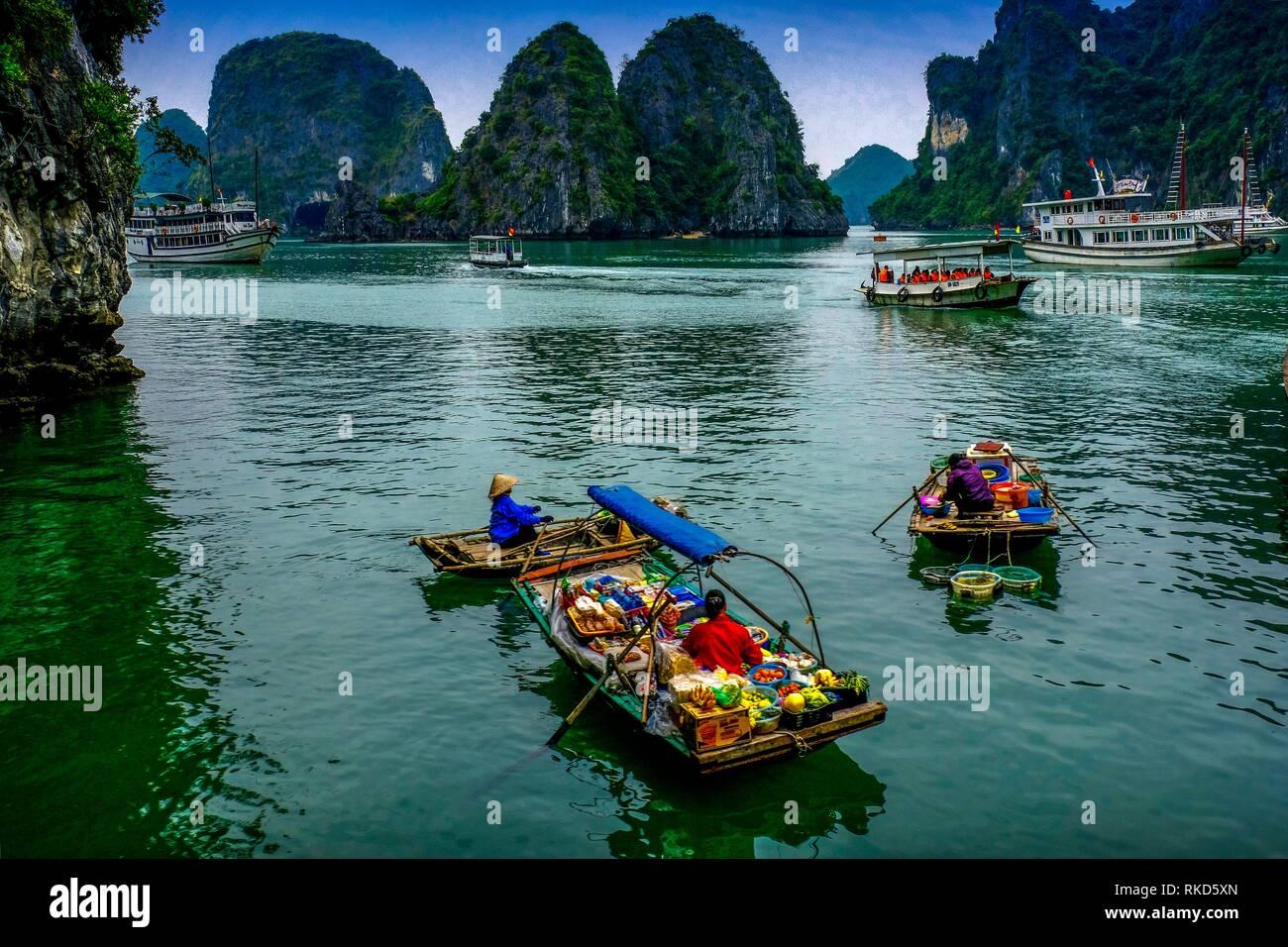 Vietnam, Ha Long Bay ist ein UNESCO-Weltkulturerbe und beliebtes Reiseziel in der Provinz Quang Ninh, Vietnam. Administrativ ist die Bucht Stockbild