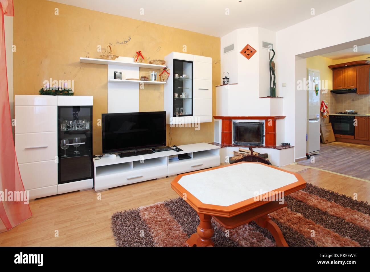Schönes Wohnzimmer mit Kamin Stockfoto, Bild: 235732266 - Alamy