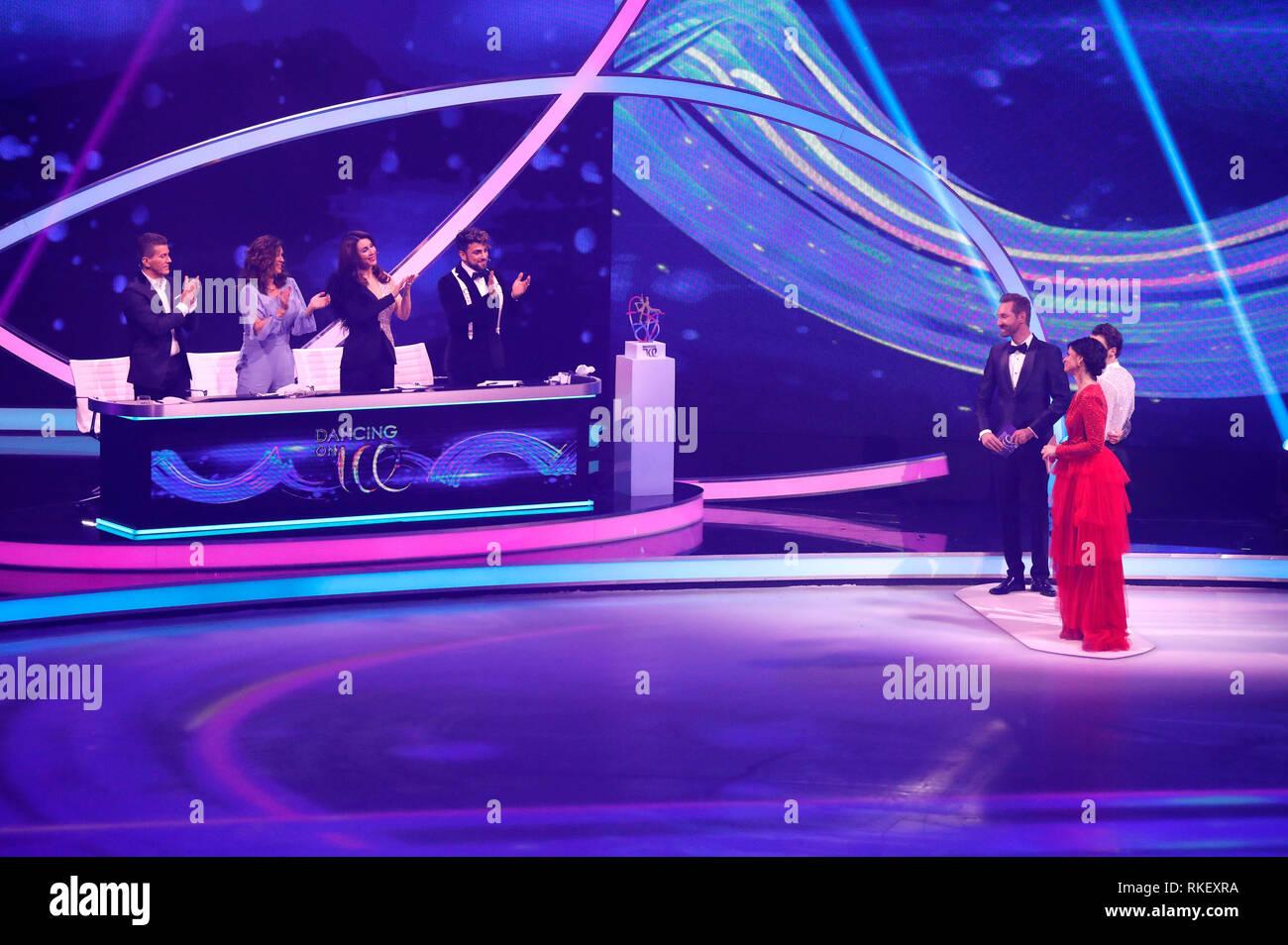 "Daniel Weiss, Katarina Witt, Judith Williams, Cale Kalay, Daniel Boschmann und Marlene Lufen im Finale der Sat.1-Show ""dancing on Ice"" in den MMC-Studios. Köln, 10.02.2019 Stockbild"