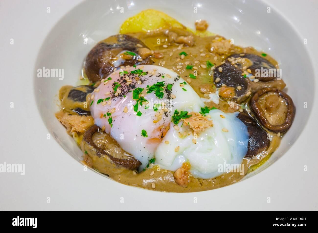 Getrüffelte Ei, béchamel von Pilzen und Foie Toast. Restaurant La Garrocha, Valladolid, Castilla y Leon, Spanien Stockfoto
