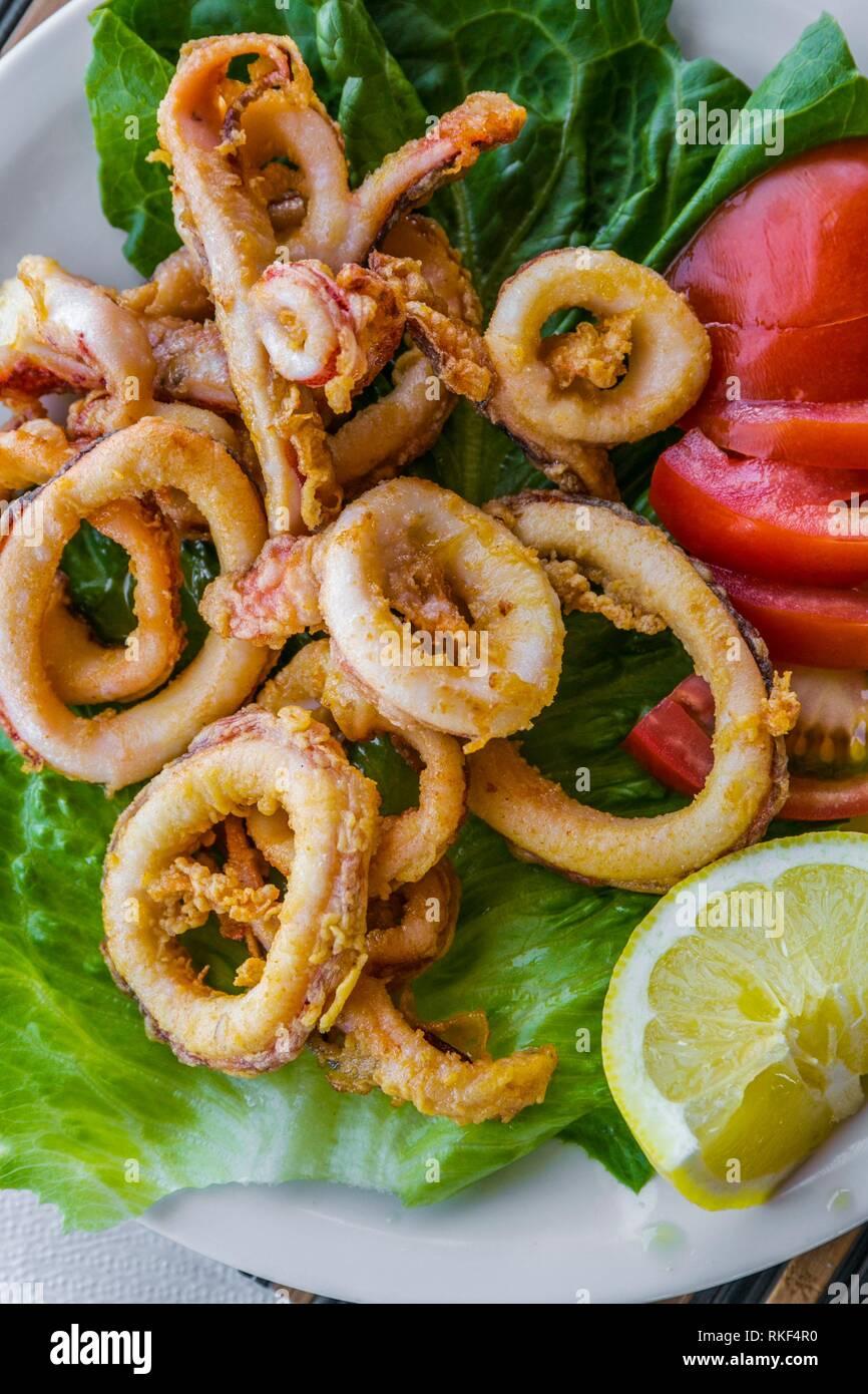 Restaurant mit Panoramablick. frittierte Calamari. Traditionelle Cicladic Gerichten. Akrotiri. Die Insel Santorini. Ciclades Inseln. Griechenland Stockbild