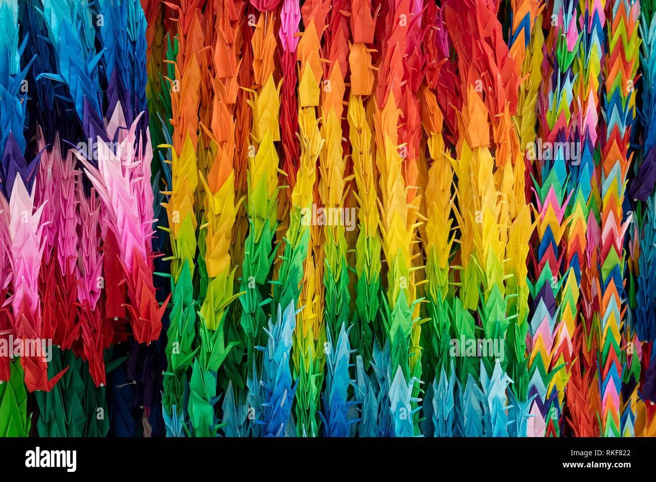 Trauben von bunten Origami Papier Kran Vögel full frame. Stockbild