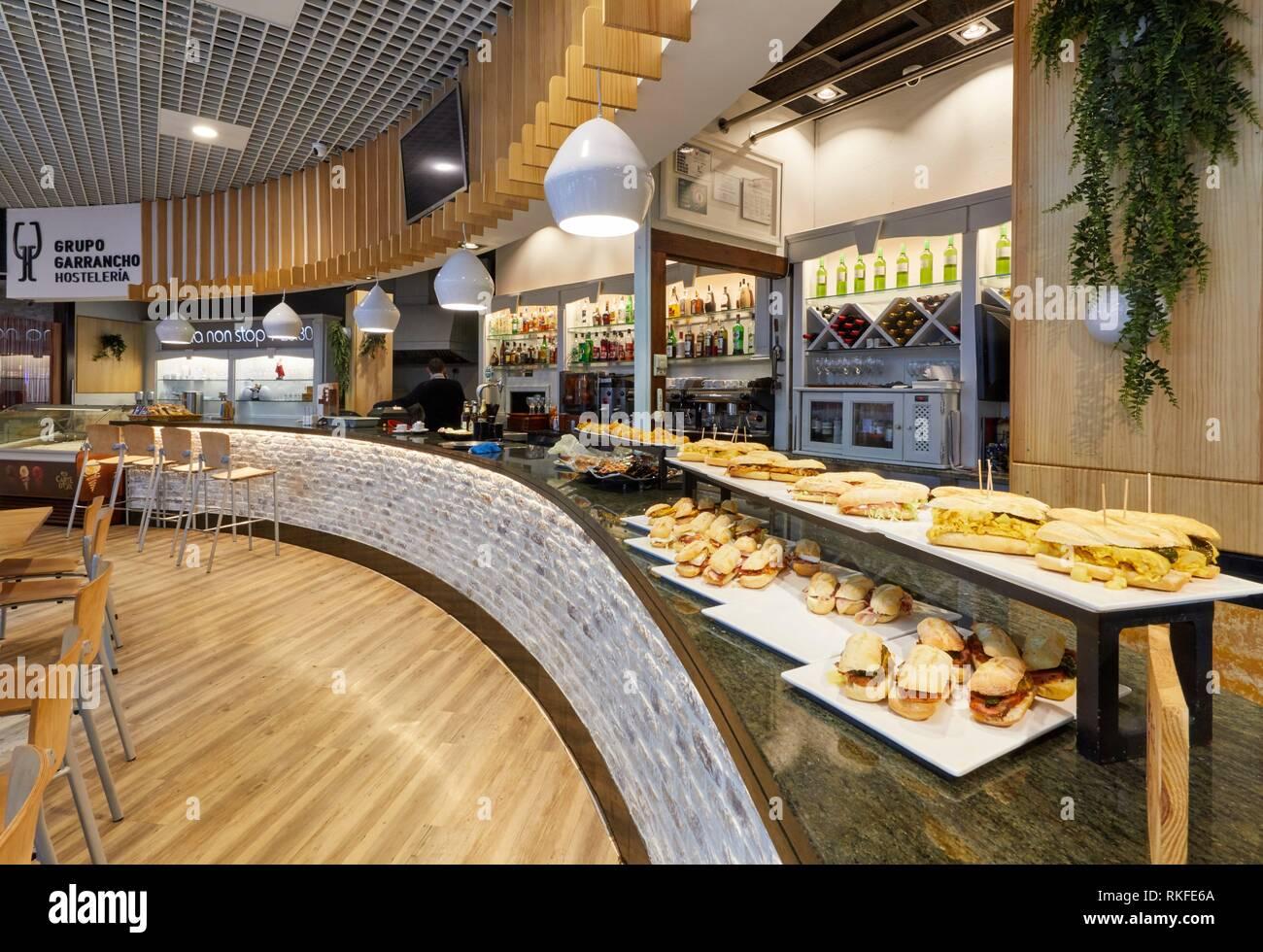 Bar mit Pintxos, Restaurante Bar Virginia Mendibil Menüs & Schnell Gut, Mall, Centro Comercial Mendibil, Irun, Gipuzkoa, Baskenland, Spanien Stockbild