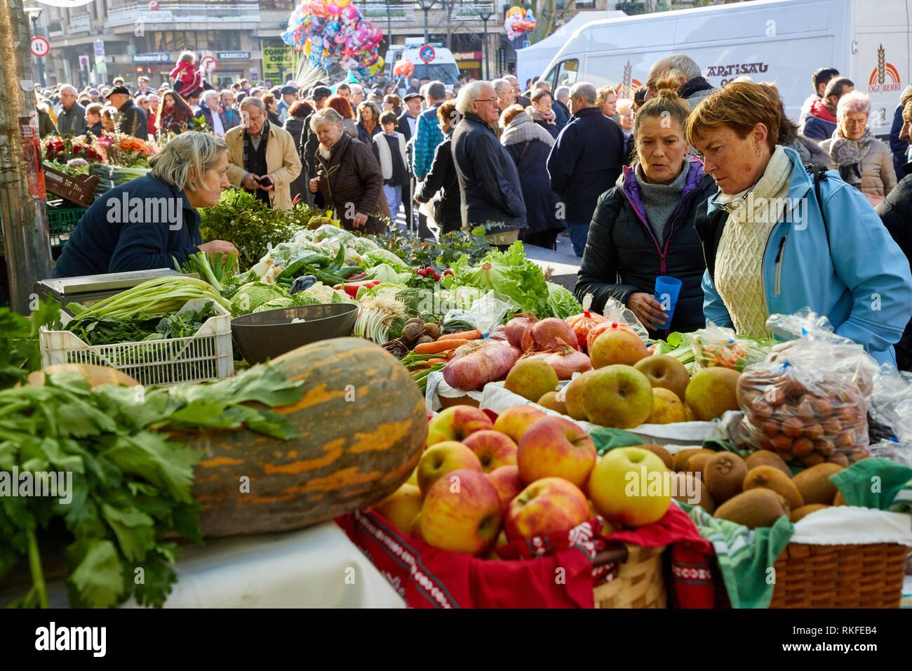 Gemüse, Feria de Santo Tomás, dem Fest des Hl. Thomas erfolgt am 21. Dezember. An diesem Tag San Sebastián ist in einer transformierten Stockbild