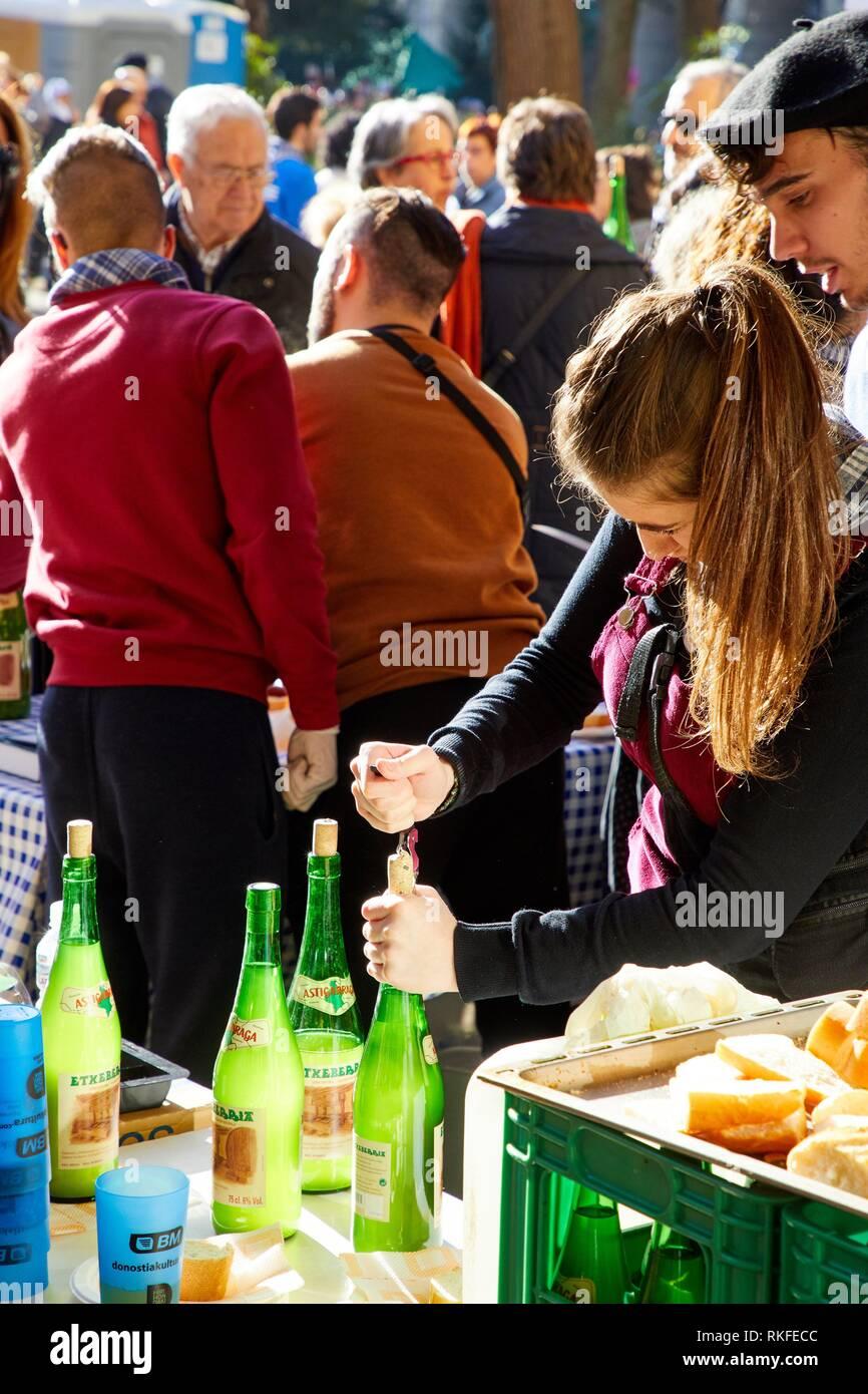 Öffnen Flaschen Apfelwein, Feria de Santo Tomás, dem Fest des Hl. Thomas findet am 21. Dezember. An diesem Tag San Sebastián ist in umgewandelt Stockbild