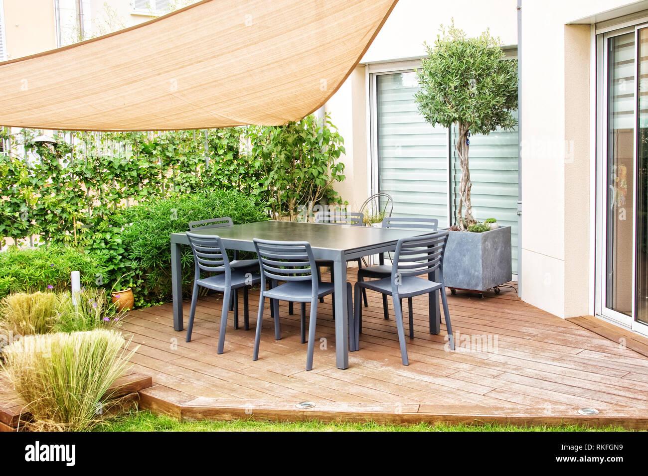 Moderne Terrasse mit Esstisch und Stühlen Stockfoto, Bild: 235755669 ...