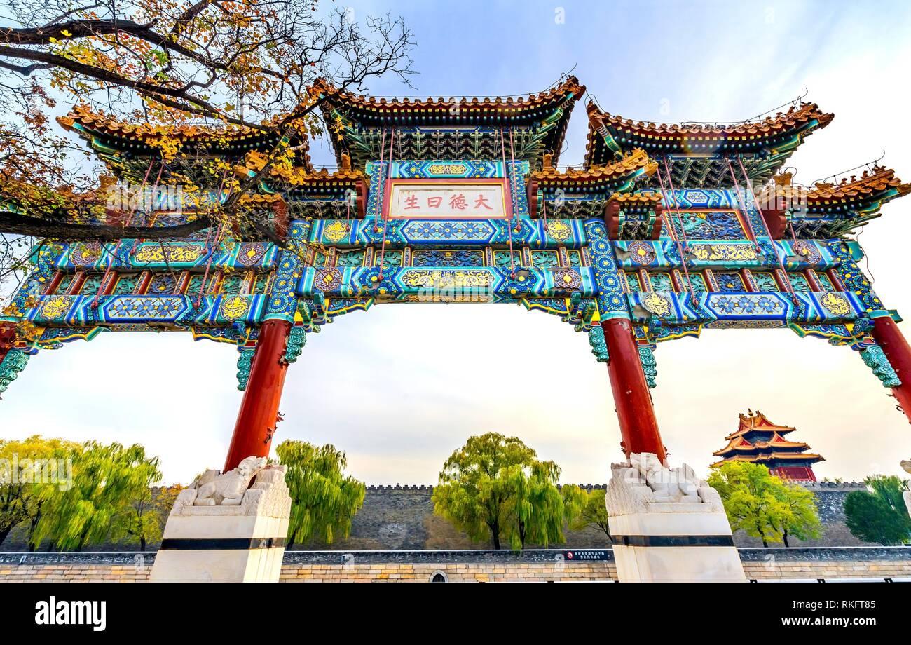 Kunstvollen chinesischen Tor Pfeil Watch Tower Gugong Verbotene Stadt Peking, China. Der Kaiserpalast in den 1600er Jahren in der Ming Dynastie errichtet. Chinesisch Stockfoto