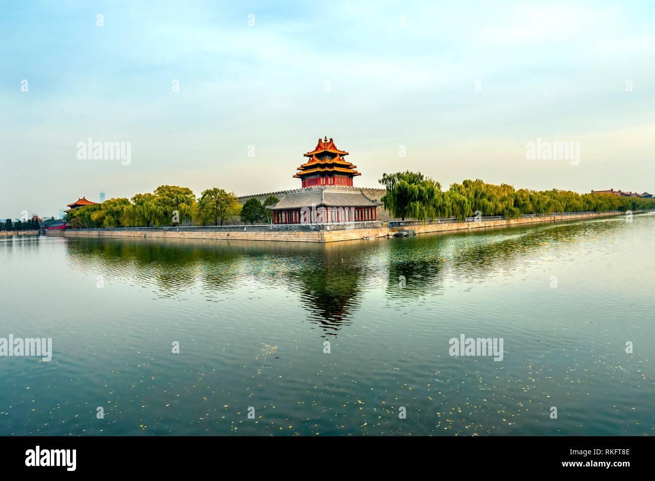 Pfeil Watch Tower Gugong Verbotene Stadt Graben Canal Plaace Mauer Peking Chinas Kaiser Palast in den 1600er Jahren in der Ming Dynastie errichtet wurde. Stockbild
