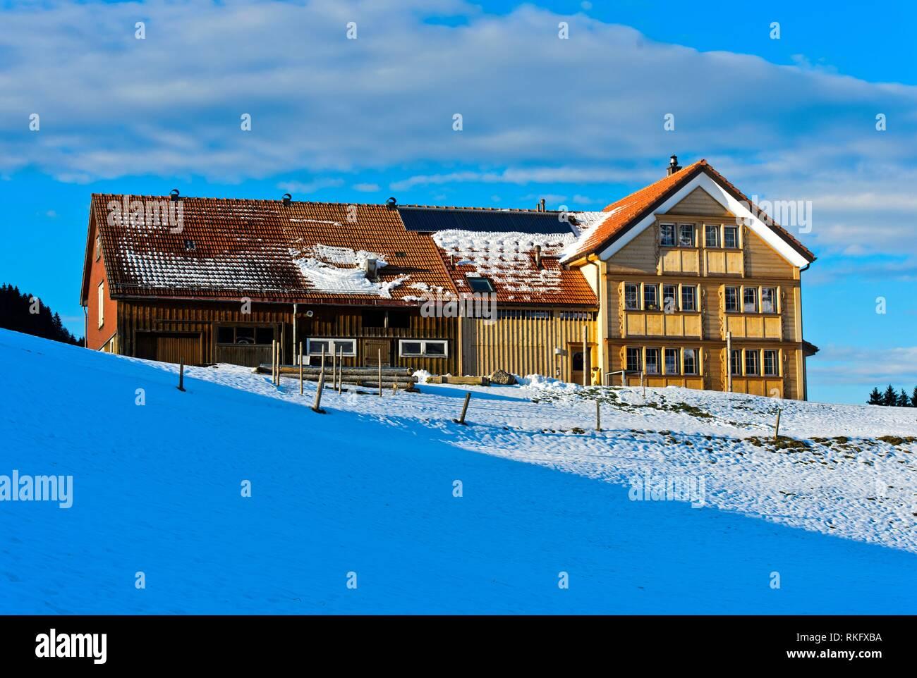 Bauernhof im typischen Appenzeller Stil im Winter, Brugg, Kanton Appenzell Ausserrhoden, Schweiz. Stockbild