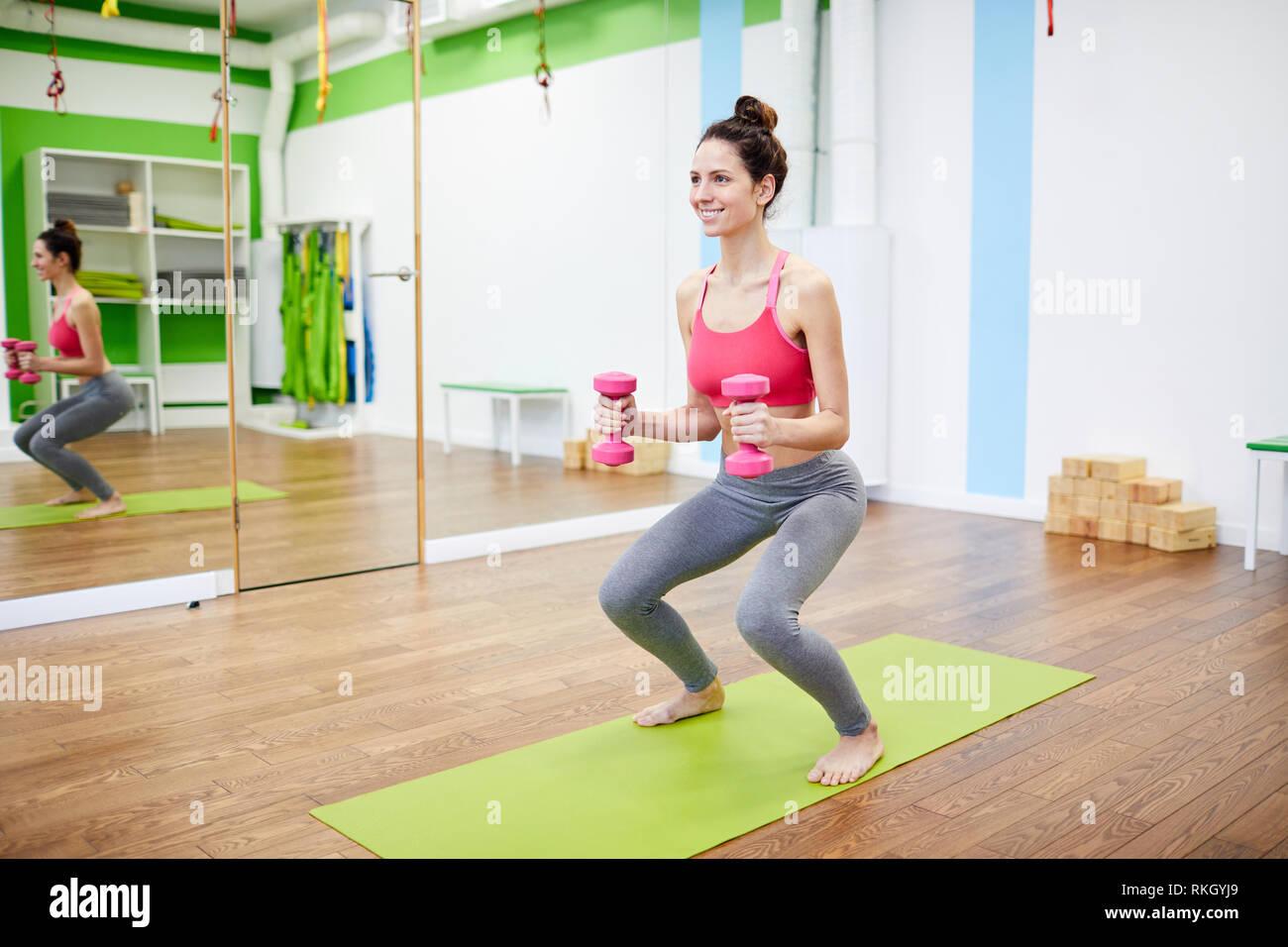 Trainieren Sie im Fitnessraum Stockbild