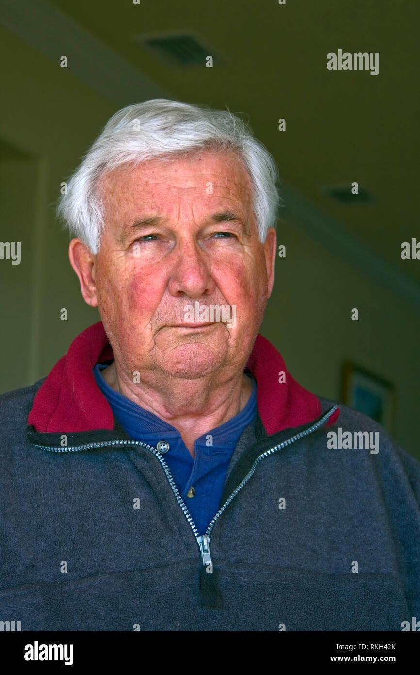 Ältere Menschen; Betrachtung; fragenden Ausdruck; Ernst, Fleecejacke, weiße Haare; Kleine Gesichtsbehandlung Stoppeln, rötlichen Teint, vertikal; HERR Stockbild
