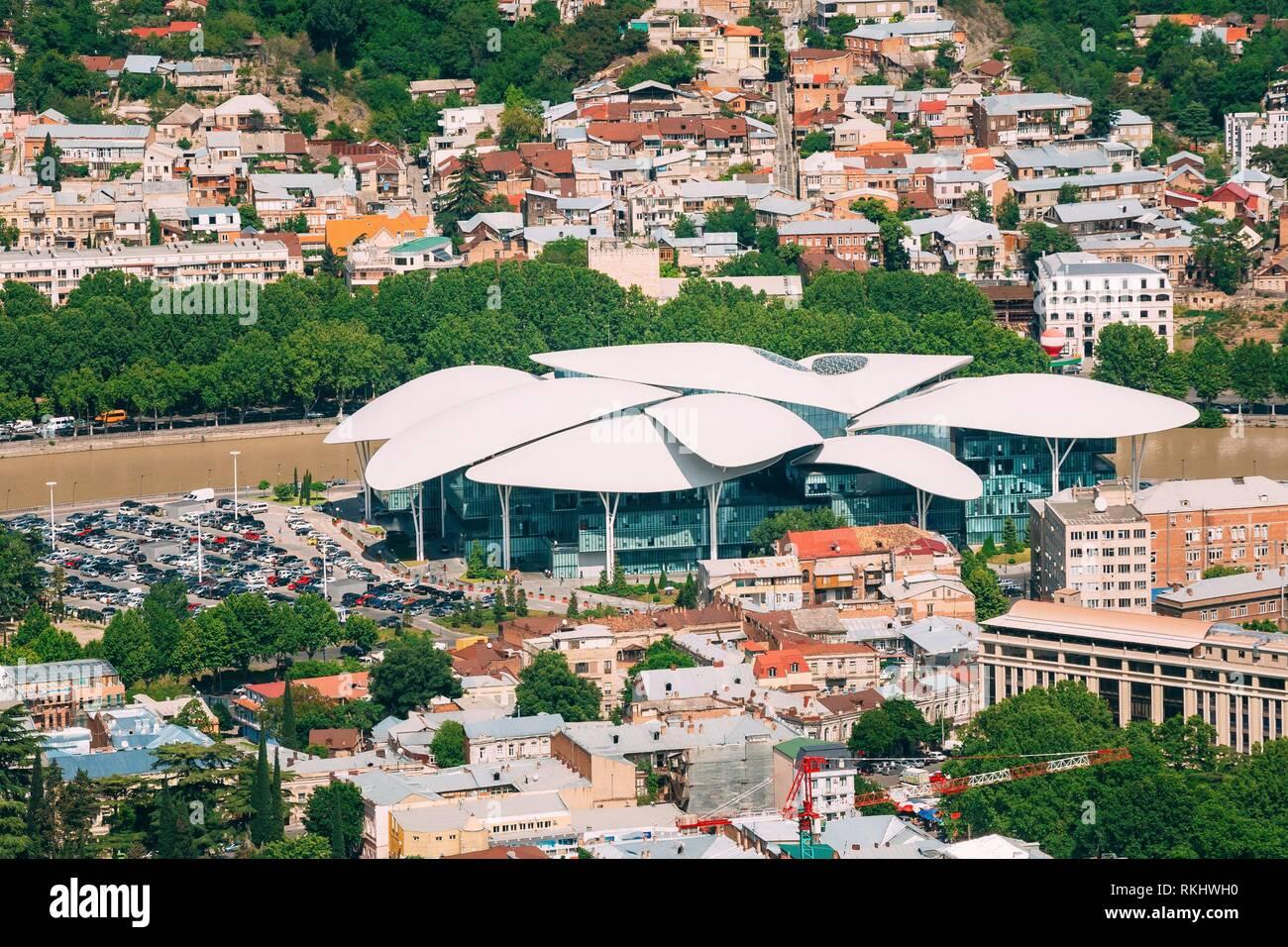 Tiflis, Georgien. Luftaufnahme des Gerichtshofs Haus, öffentliche Dienst Halle Die Fufuturistic Gebäude mit weißer Bizarre Dach bei der Bank des Kura, Stockbild