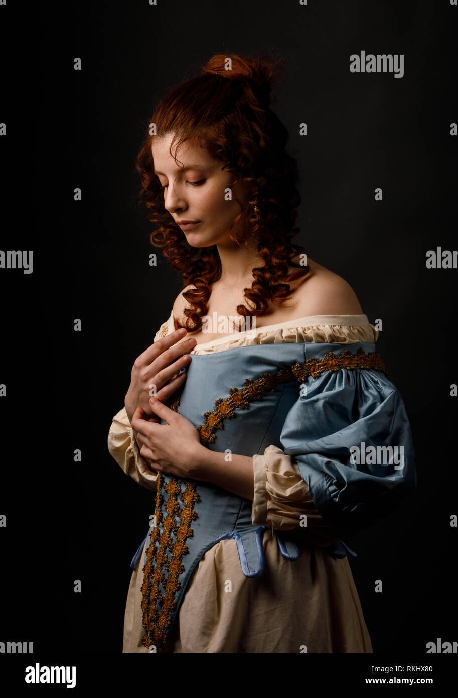 schöne frau in mittelalterliche kleidung stockfotografie - alamy
