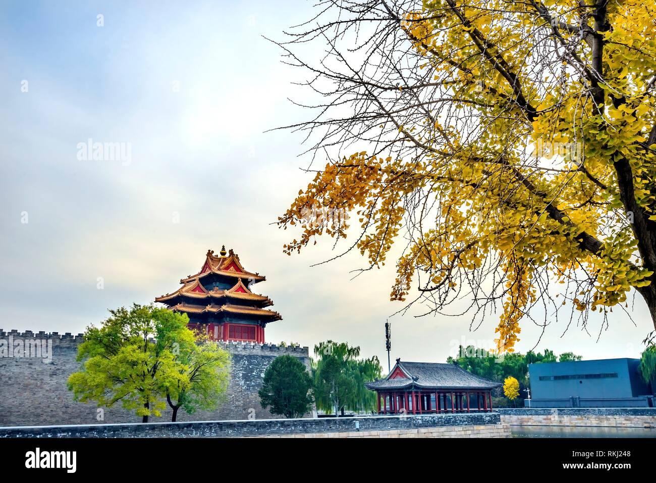 Pfeil Watch Tower Yellow Autumn Gugong Verbotene Stadt Graben Canal Plaace Wand Beijing China. Der Kaiserpalast in den 1600er Jahren in der Ming-dynastie gebaut Stockbild