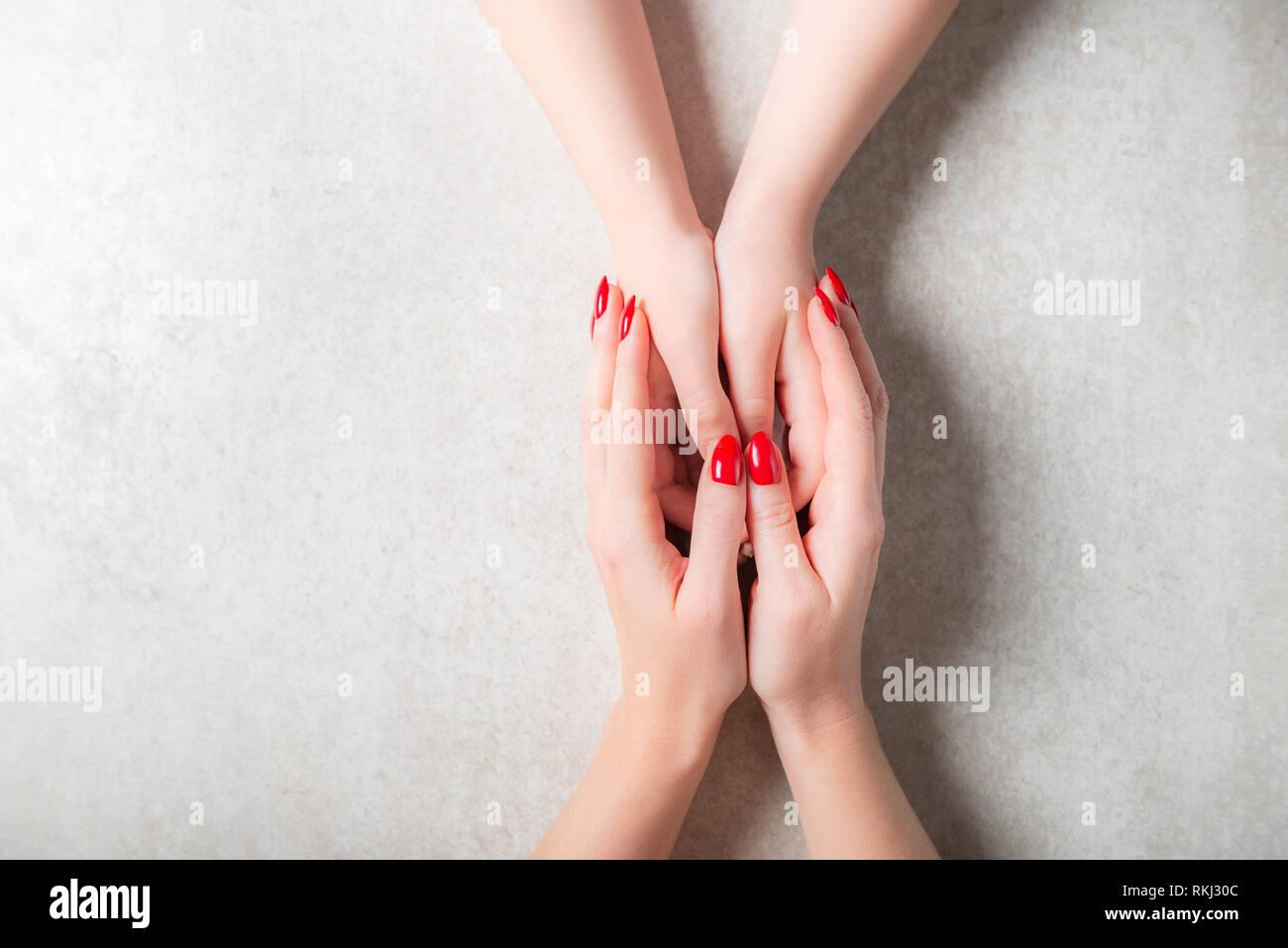 Mutter hält ihre Kinder Hände, Muttertag oder Beziehung Konzept Stockfoto