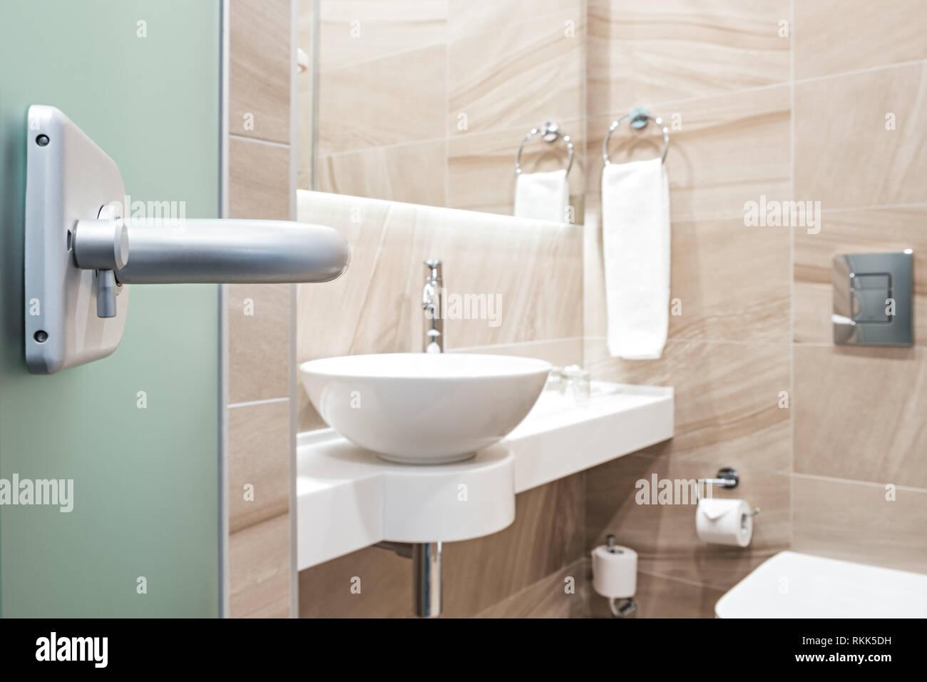 Öffnen Glastür zum Badezimmer Stockfoto, Bild: 235834637 - Alamy