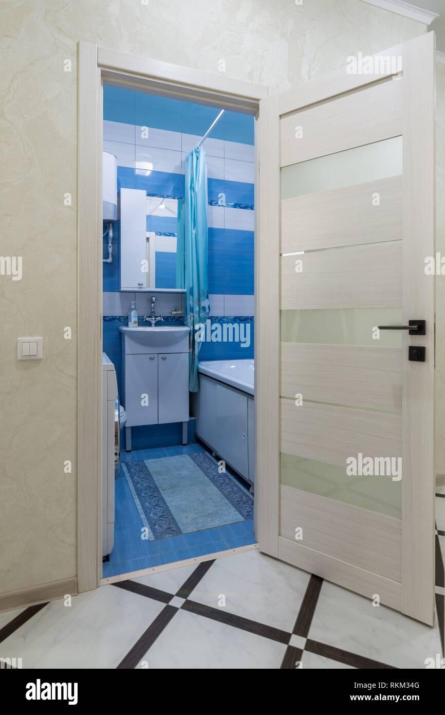 Die offene Tür zum Badezimmer in das Innere der Wohnung Stockfoto ...