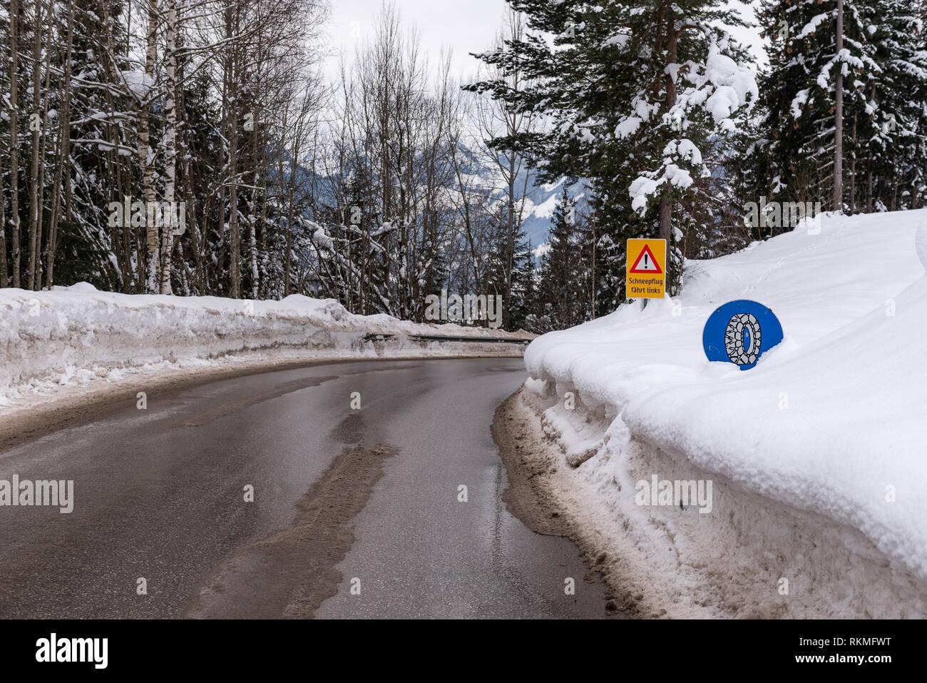 Kette Verkehrsschild, bei Schnee- und Eisglätte Warnung, Winterdienst, Schnee Kette Verpflichtung, Bezirk Liezen, Steiermark, Österreich, Europa Stockfoto