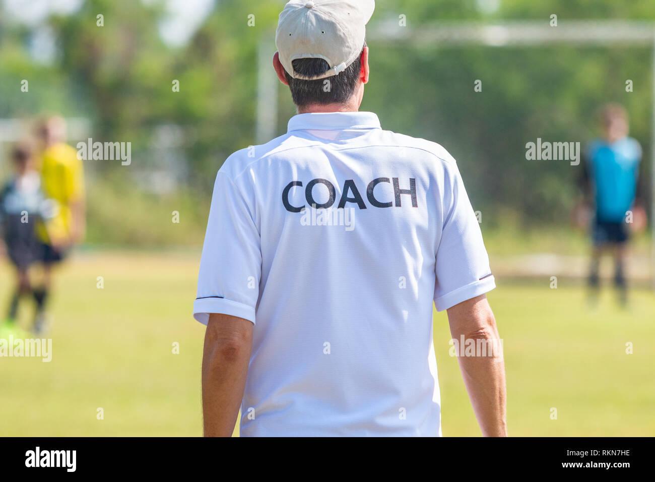Zuruck Der Mannlichen Fussball Trainer Tragen Weisse Trainer T