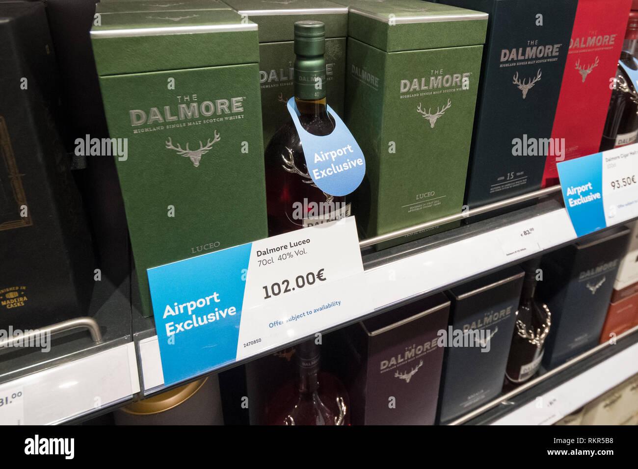 Keine Alter-Anweisung Travel Retail Whisky markiert Flughafen exklusive am EuroAirport Basel Mulhouse Freiburg Duty free shop. Stockbild