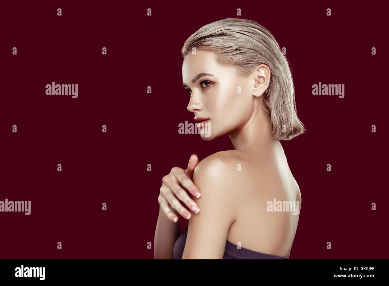 Blonde Frau mit schönen Teint posieren für Magazin Stockbild
