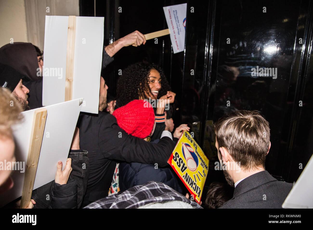 London, Großbritannien. 12 Feb, 2019. Mitglieder und Unterstützer von lokalen Gewerkschaft United Stimmen der Welt versuchen, Sturm 71 Pall Mall, wo die Gerechtigkeit Sekretär David Gauke wurde während eines Protestes gegen seine Weigerung der London existenzsichernde Löhne zu zahlen und Jahresurlaub und Lohnfortzahlung zu Reiniger, Sicherheitspersonal und an der Rezeption arbeiten im Ministerium der Justiz, die alle in den Streik vor kurzem wurden zu sprechen. Credit: Mark Kerrison/Alamy leben Nachrichten Stockbild