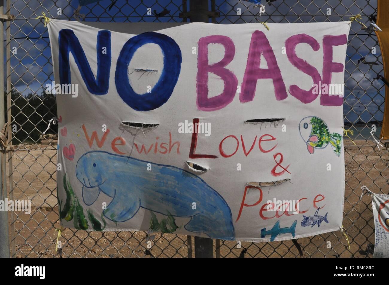Henoko Bay, Okinawa, Japan: Zeichen für Frieden am Zaun entlang der amerikanischen Marines Militärstützpunkt Camp Schwab Stockbild