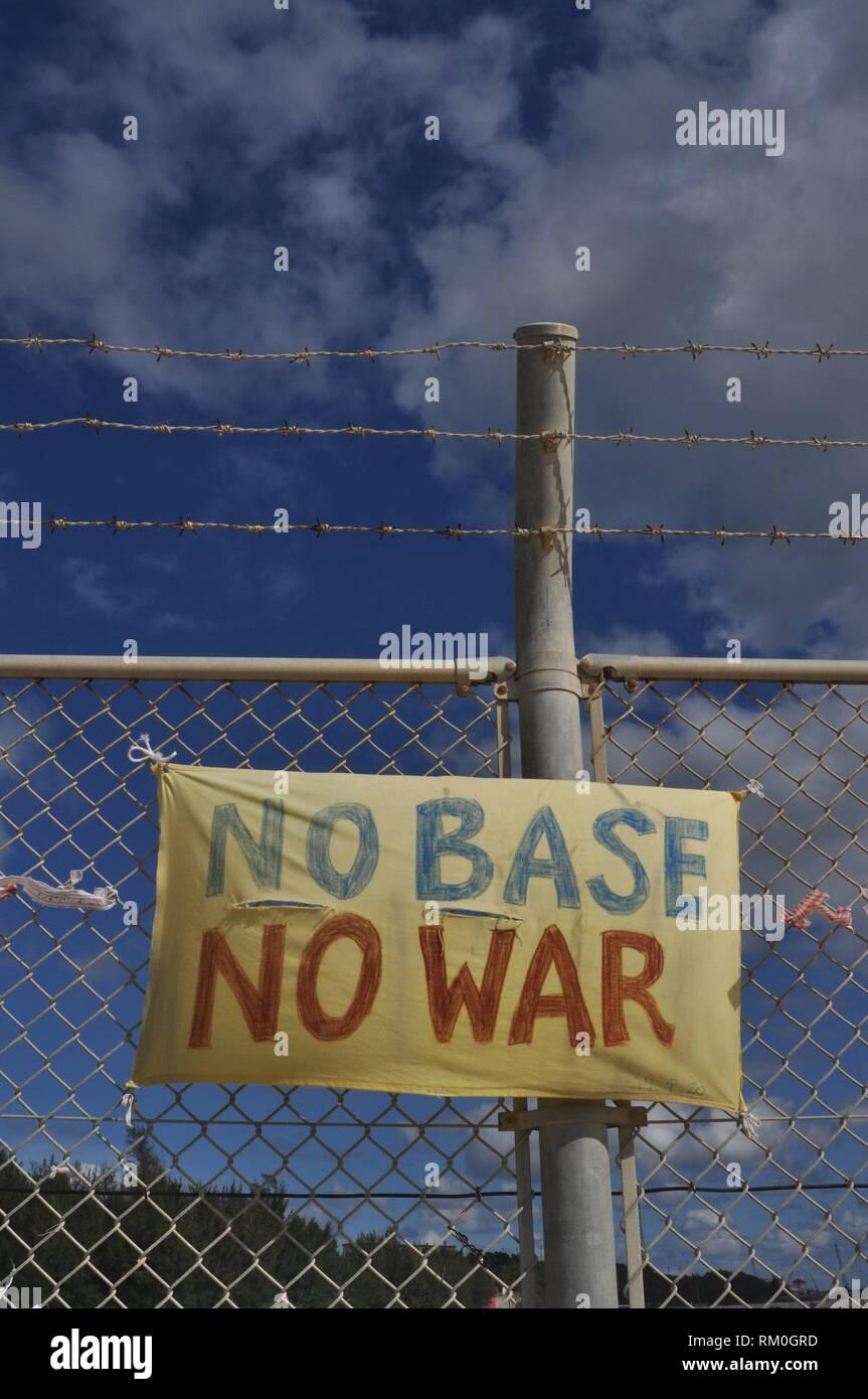 Henoko Bay, Okinawa, Japan: Zeichen gegen den amerikanischen Marines Militärstützpunkt Camp Schwab Stockbild