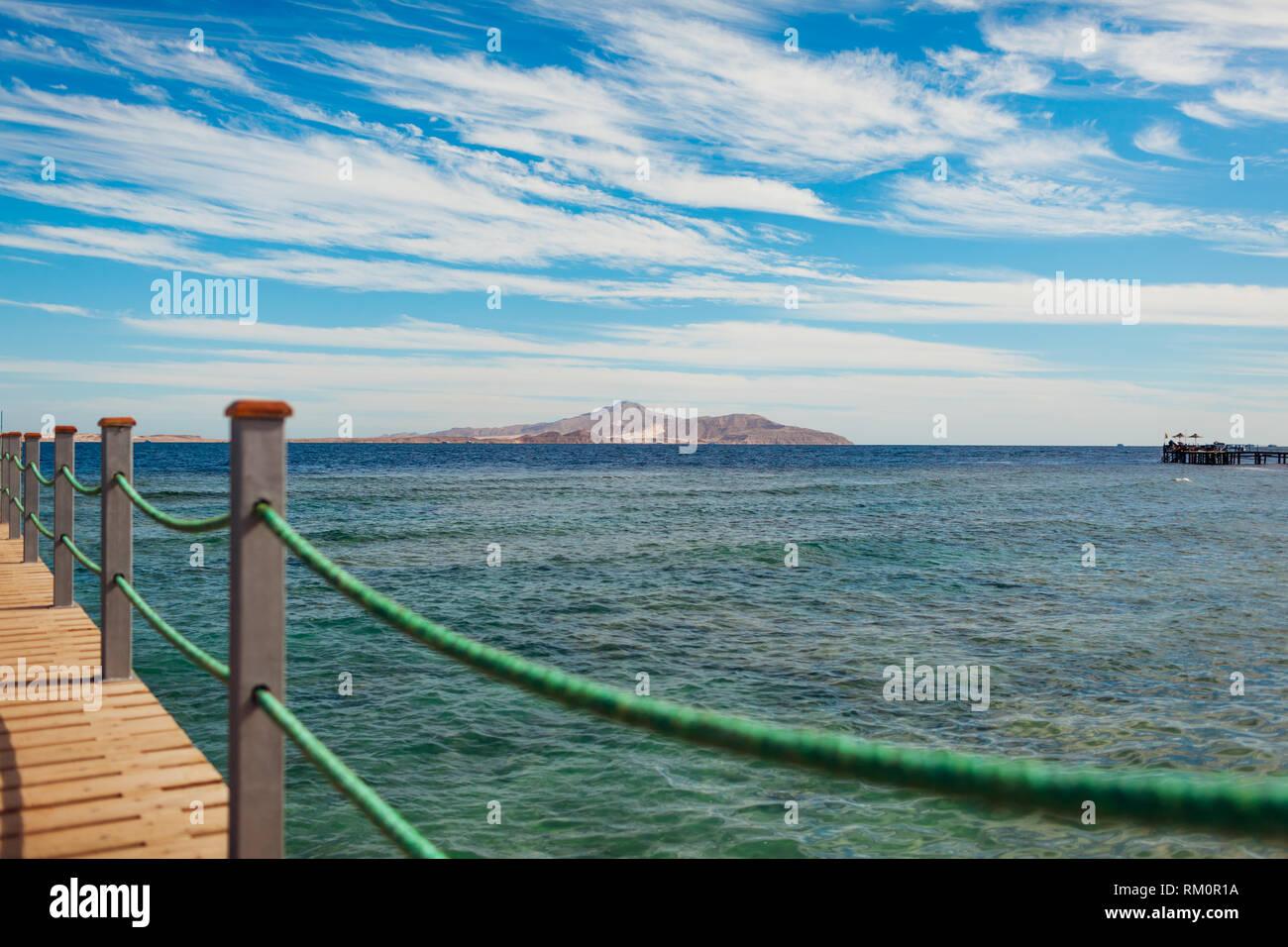 Blick auf die Insel Tiran vom Hotel Pier in Sharm El-Sheikh Stockbild