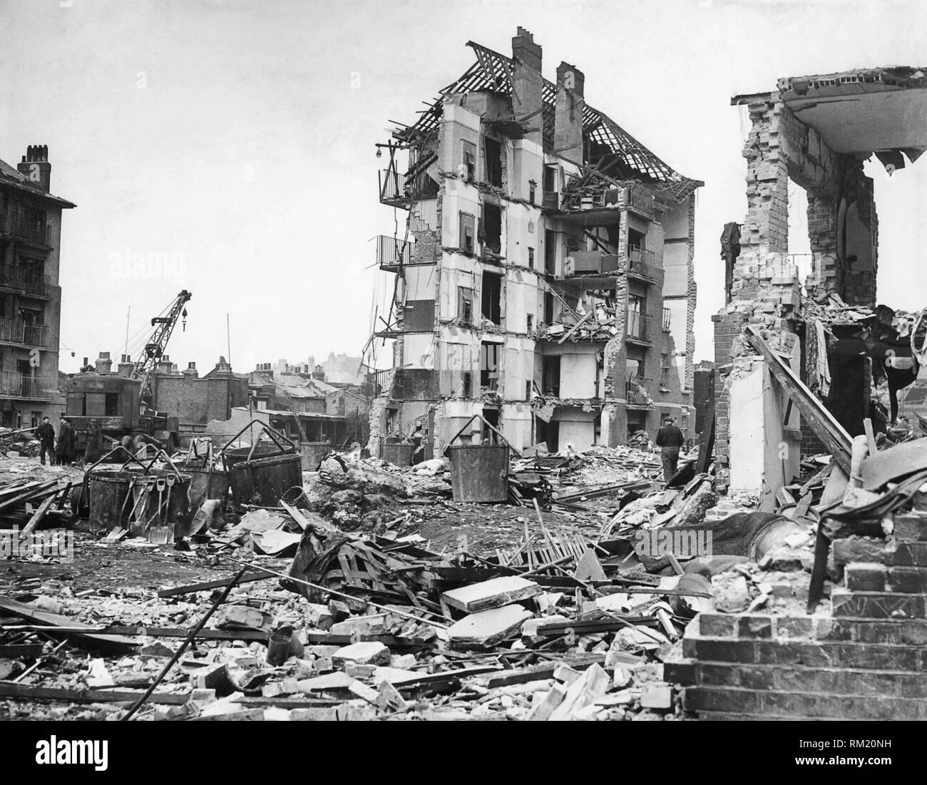 Schäden, die durch V2-Rakete Angriffe in Großbritannien, 1945 zerstörten Wohnungen in Limehouse, East London. Hughes Villen, Vallance Straße, nach der Explosion der letzten deutschen V2-Rakete auf London, 27. März 1945. Stockfoto