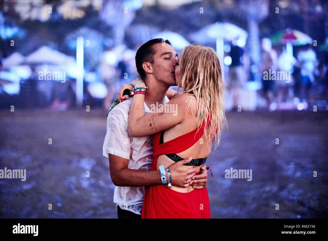 Griechenland, Kreta, Chersonissos, leidenschaftliche Paar Küssen an Beach Party Stockbild