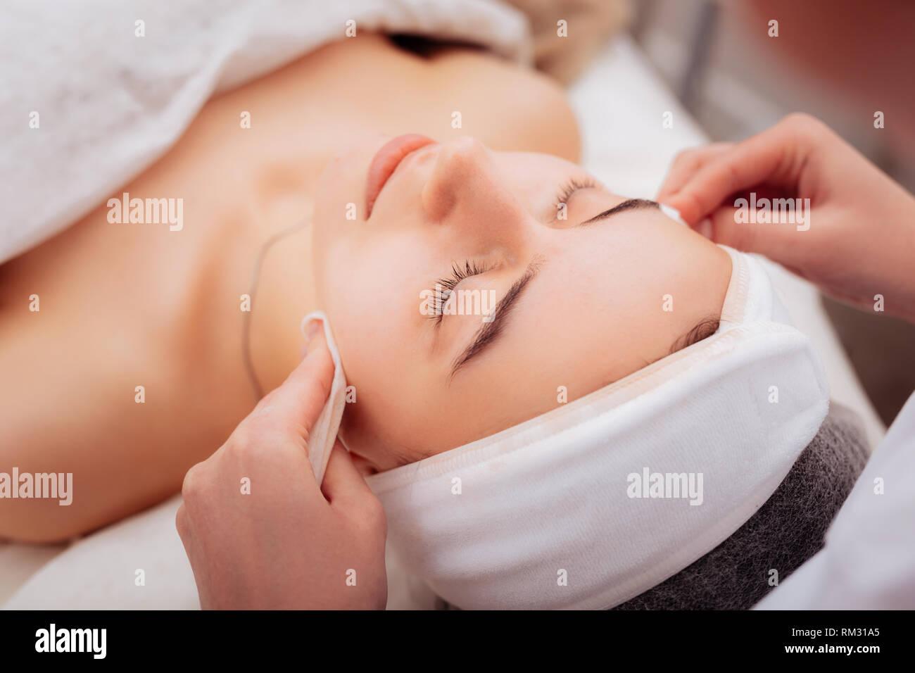 Nette gut aussehende Frau Besuch einer kosmetologie Klinik Stockbild